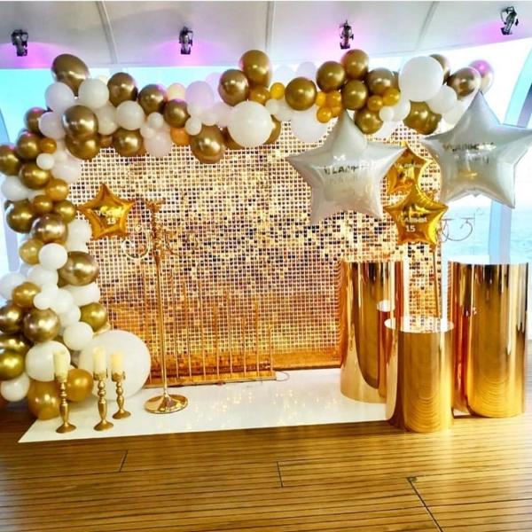 Фотозона из золотых пайеток и шаров